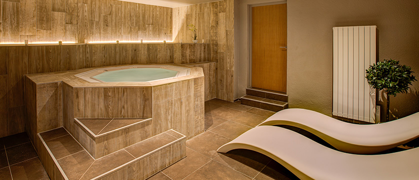 France_Alpe-dHuez_Hotel_le_royal_ours_blanc_whirlpool.jpg